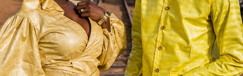 Mann und Frau in Afrika-Damast in Gelbtönen